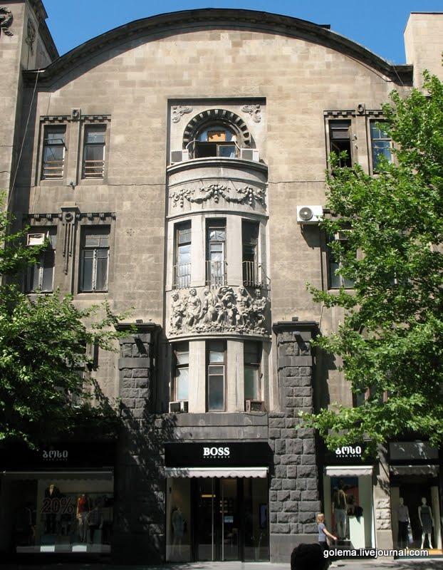 Фасад отделан камнем с многочисленной резьбой и барельефными вставками на эркерах. Первый этаж и часть второго отделаны