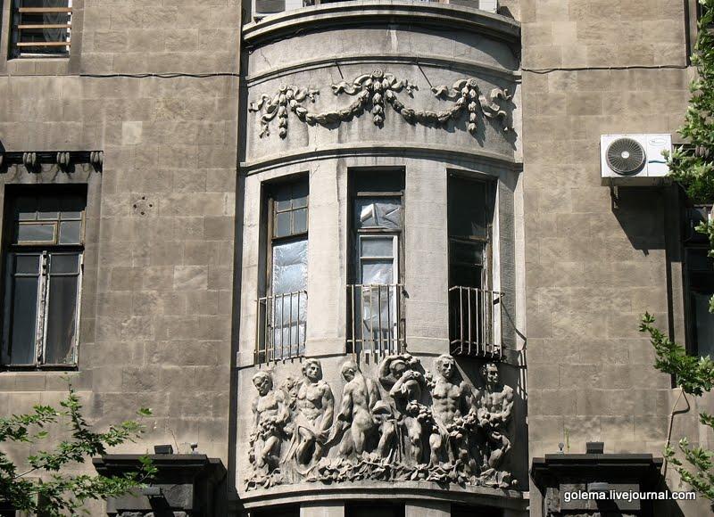 Эркеры на здании имеют разную форму.