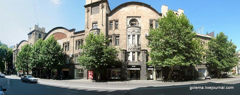 Дом имеет два фасада, выходящих на проспект Руставели и спуск Элбакидзе