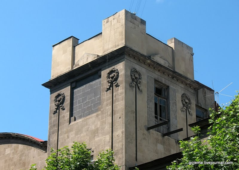 Небольшие башенки встречаются с обоих фасадов